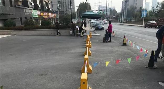 大发龙虎怎么玩一小区设置路障和桥墩,被现场整改